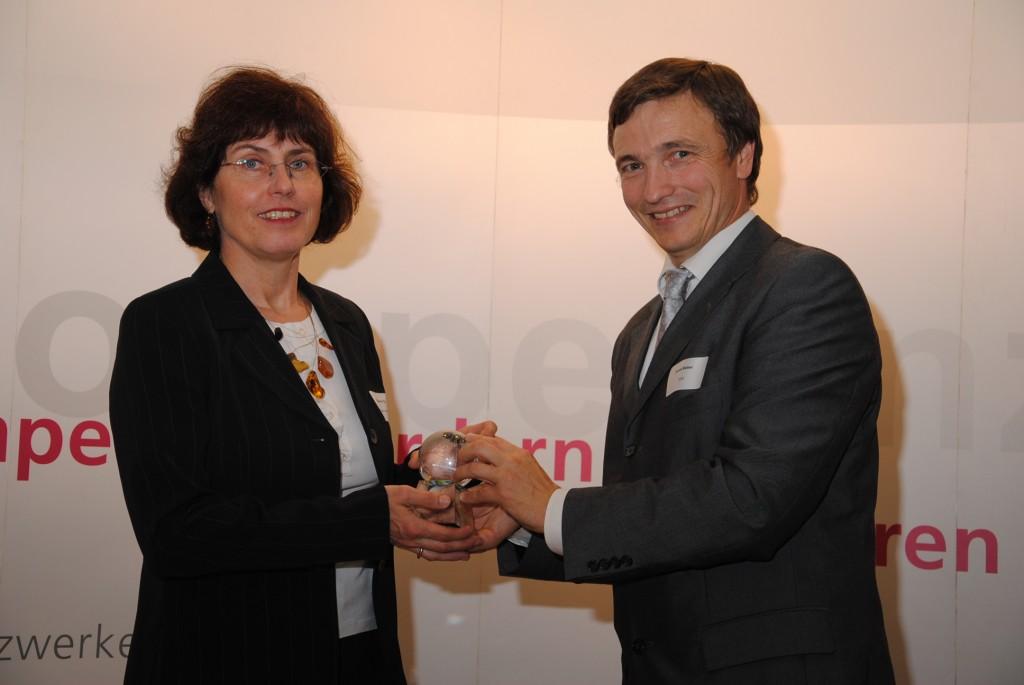 Ronald Bieber überreicht den Award an Helene Pigl