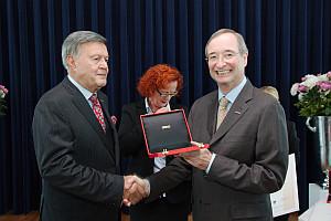 Christoph Leitl überreicht die Auszeichung an Hans-Jürgen Pollirer