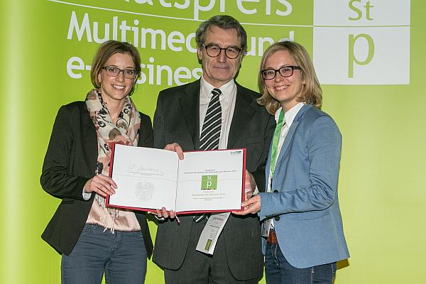 OCG Präsident Reinhard Goebl mit Stefanie Gerhofer und Carina Schmiedseder von offisy bei der Übergabe des Preises