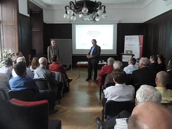 OCG Kamingespräch am 1. Juni 2016: Reinhard Goebl (re) stellt Erich Neuwirth vor