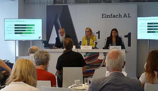 Margarete Schramböck und Rudolf Brettschneider präsentieren die Social Impact Studie