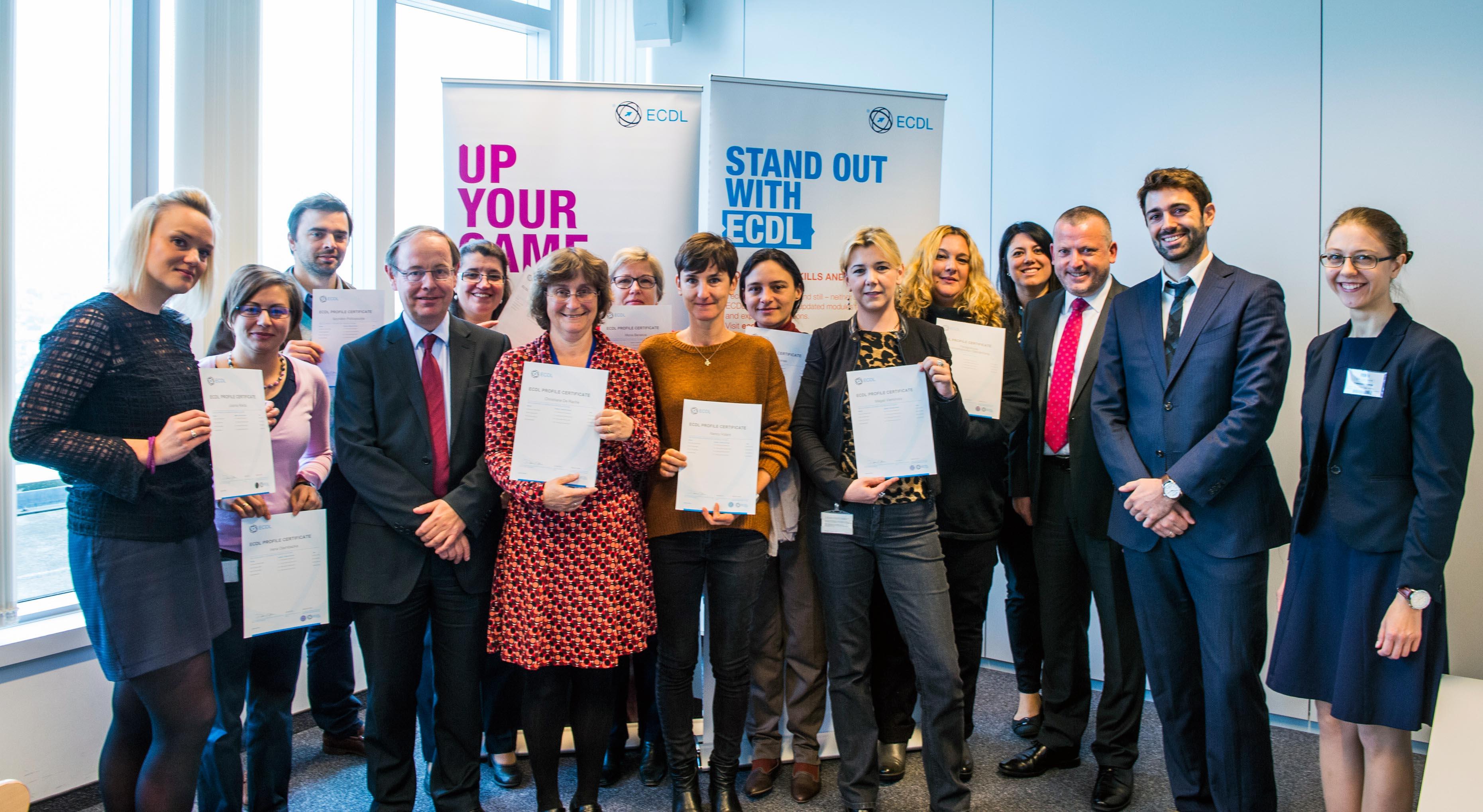 KandidatInnen der EU Kommission erhalten ECDL Zertifikate