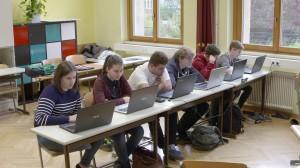 SchülerInnen vor den PCs