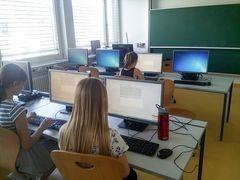 Kinder vor Computer bei Prüfung