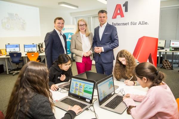 v.l.: OCG Generalsekretär Ronald Bieber, Bundesministerin Margarete Schramböck, A1 Group CEO Thomas Arnoldner