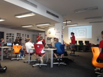 W. Baumann (OCG) mit Kindern beim Coding Day for Kids