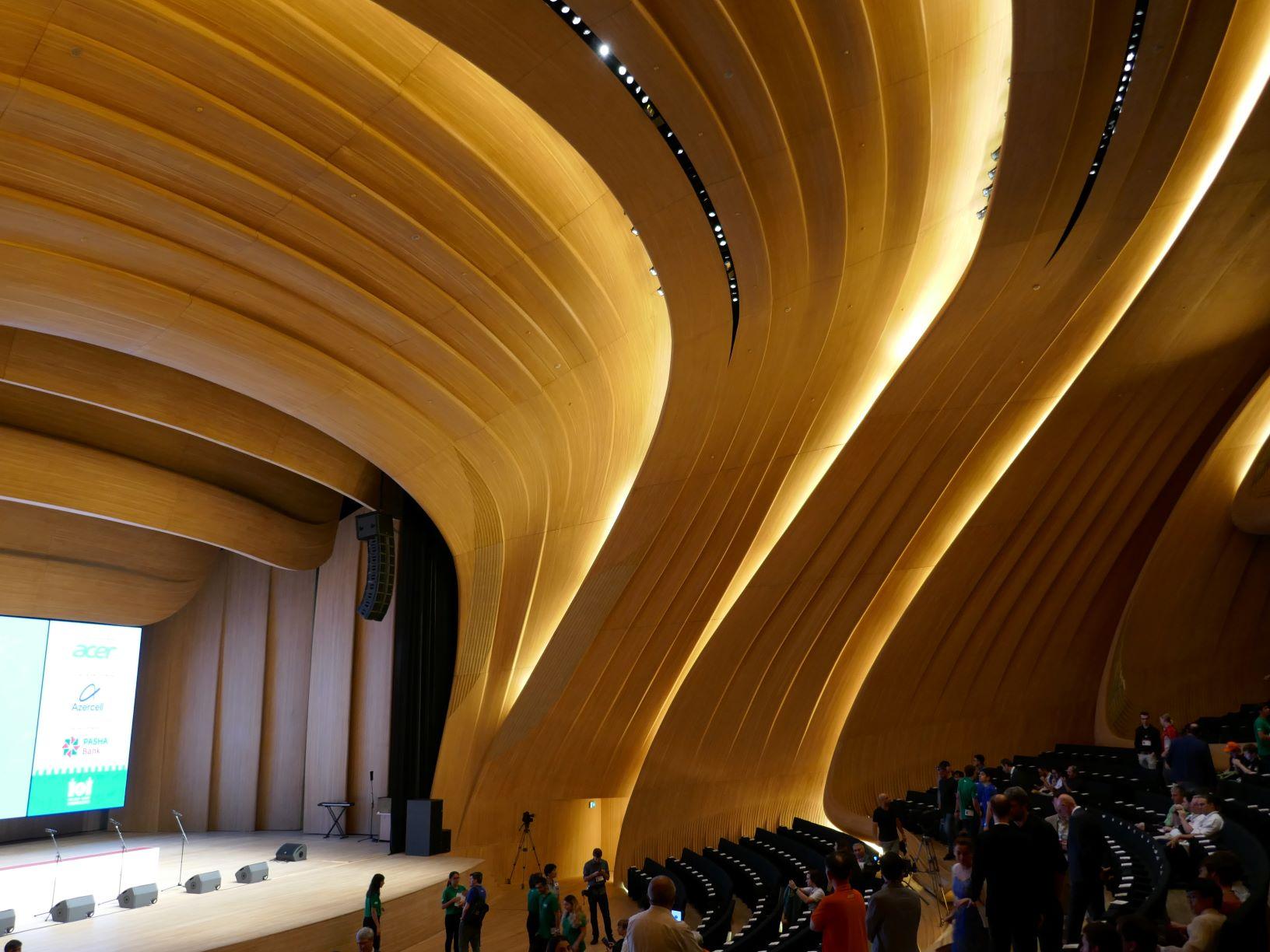 Halle im Heydar Aliyev Center, wo die Abschlusszeremonie der IOI 2019 stattfand