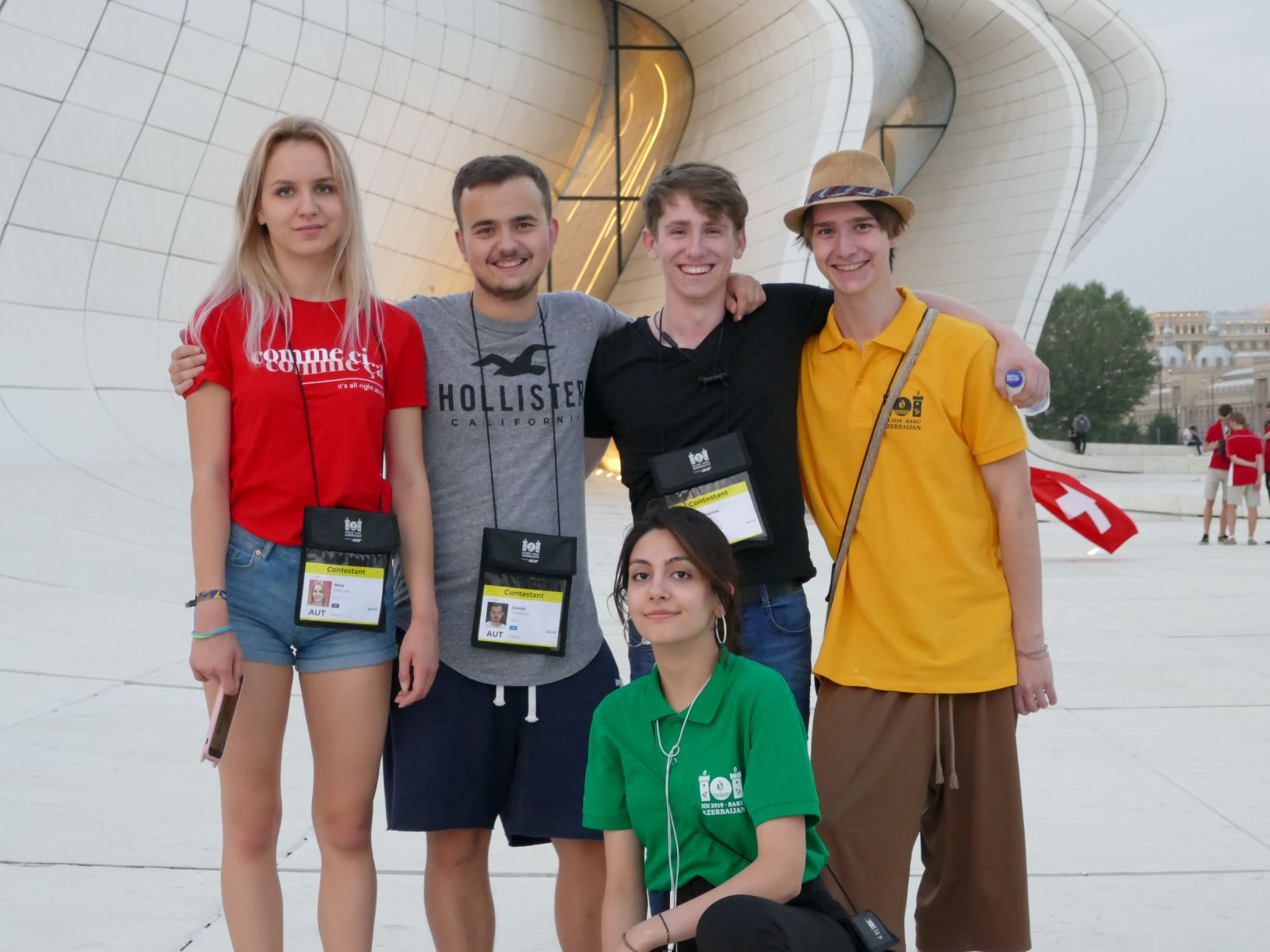 Team Austria mit ihrem Guide vor dem Heydar Aliyev Center