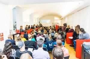Publikum im OCG Foyer