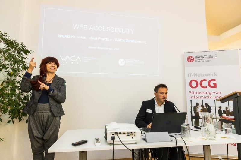 Werner Rosenberger und Gebärdensprachedolmetsch am Podium