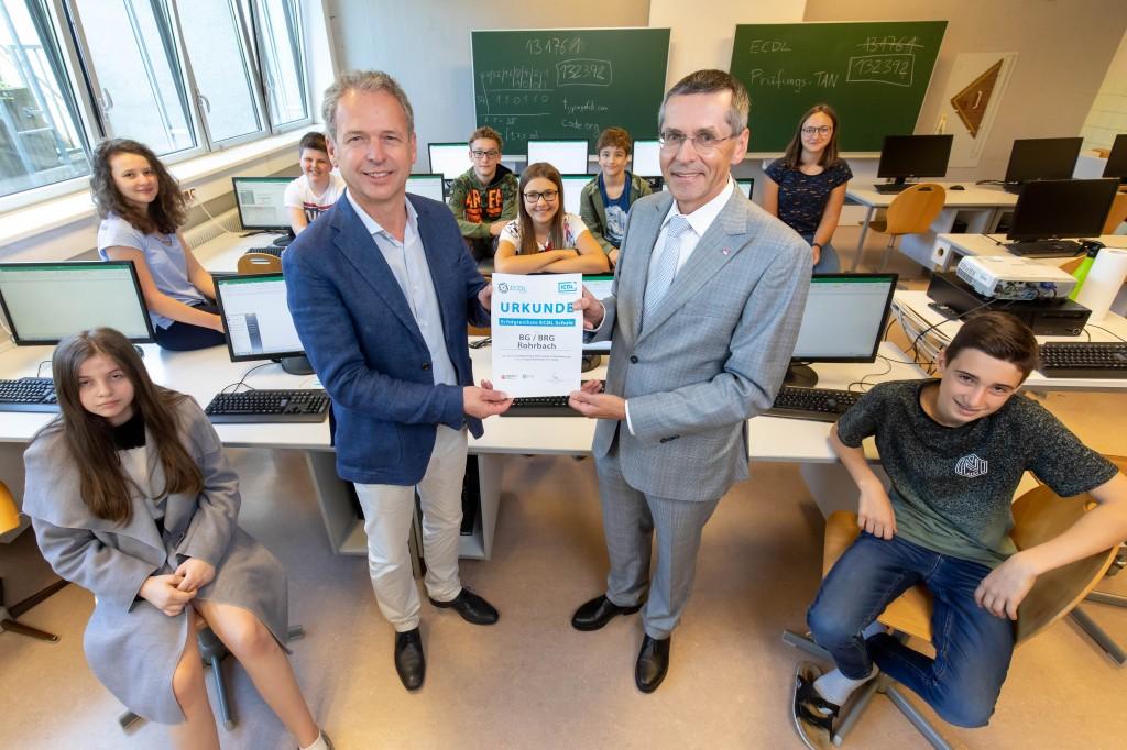Direktor Stelzer und OCG Präsident Seyruck bei der Übergabe der Auszeichnung