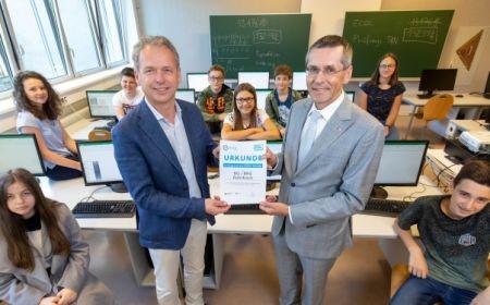 OCG Präsident Seyruck (re.) übergibt die Auszeichnung an Direktor Stelzer