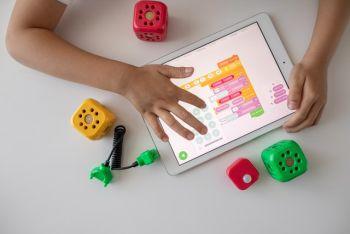 Kind mit Tablet beim Coding